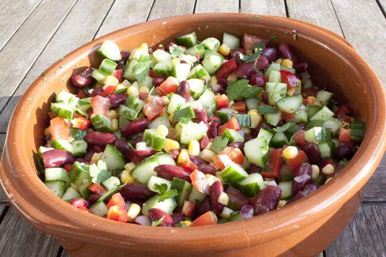 Fantastische kleuren in deze Mexicaanse salade van komkommer, tomaat, paprika, mais en kidneybonen. Heerlijk fris door het limoensap en de verse koriander