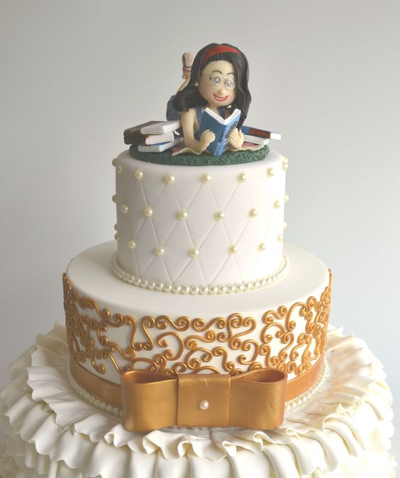 Topo de Bolo Debutante Personalizado - Bolo Cenográfico Branco e Dourado de Casamento ou 15 anos, decorado com pérolas e arabesco dourado - Ideais de decoração de Festa