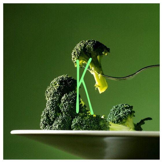 Vitamina K:   É necessária para a coagulação normal do sangue e muito importante para manter o metabolismo e a resistência da estrutura óssea do corpo.  A vitamina K pode ser encontrada em diferentes alimentos. Boas fontes dela são o brócolis, couve-flor, o agrião, a rúcula, o repolho, o nabo, a alface, o espinafre e outros vegetais verdes.  Os óleos vegetais, como o azeite, também contam com o nutriente. As oleaginosas, o abacate, o ovo e o fígado também possuem boas quantidades de vitamina…