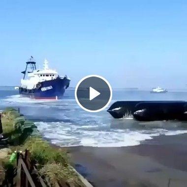 Nunca imaginei que se estacionasse um navio assim!