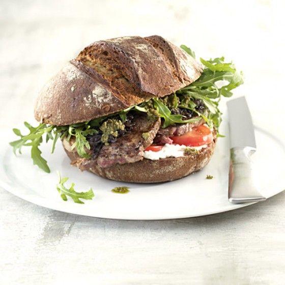 Ordentlich was zwischen die Zähne gibt's mit diesem köstlichen Burger – den besonderen Kick gibt's dank Pesto und Hüttenkäse.