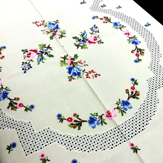 Mantel de lagartera bordado a mano dise o combinado en - Manteles de mesa bordados ...