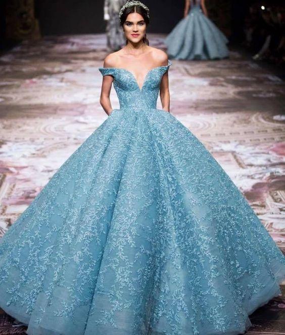 Robe de mariée princesse bleu longue épaule dénudée