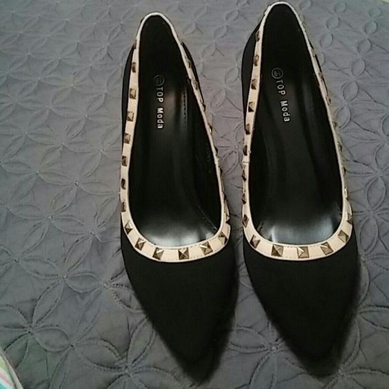 New black heels?? Zapayillas negras,con borde de piel color beige y estoperoles dorados Shoes Heels