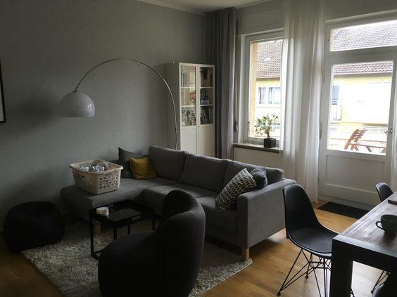 Modernes Wohnzimmer Mit Parkettboden Dunkelgrauer Couch Grauem Flauscheteppich Und Breiter Fensterfront Wohnen In Stuttgart Wohne