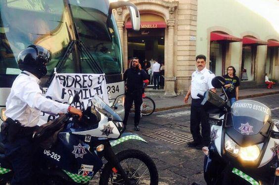Los manifestantes exigen la liberación de dos presuntos estudiantes de la ENEF que fueron detenidos cuando robaban un vehículo repartidor con lujo de violencia; partieron desde la Plaza Morelos hacia ...