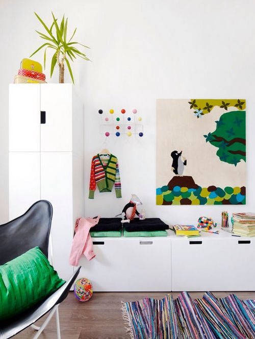 * feine Akzente in grün zu simplen weißen Möbeln. Gefällt uns sehr! Auch die geschlossenen weißen Ikea-Möbel bringen eine schöne Ruhe in den Raum und damit lässt es sich schnell mal aufräumen!