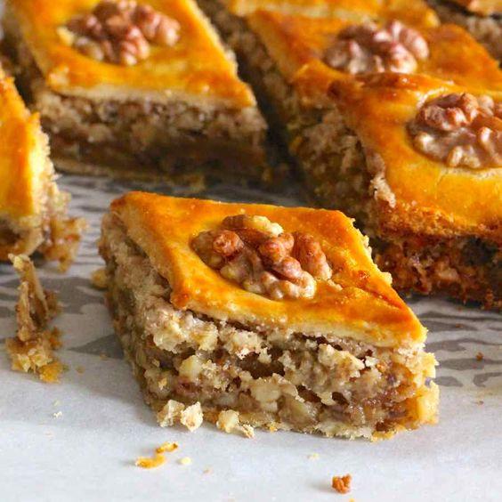 Le tenbel pakhlava (baklava de paresseux) est la recette d'un baklava délicieux et facile à faire d'Azerbaïdjan.