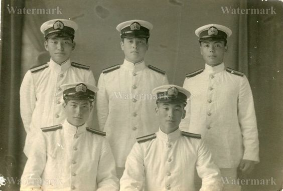 ORIGINAL WWII JAPANESE PHOTO: NAVY AIR FORCE OFFICERS IN SUMMER UNIFORM!!