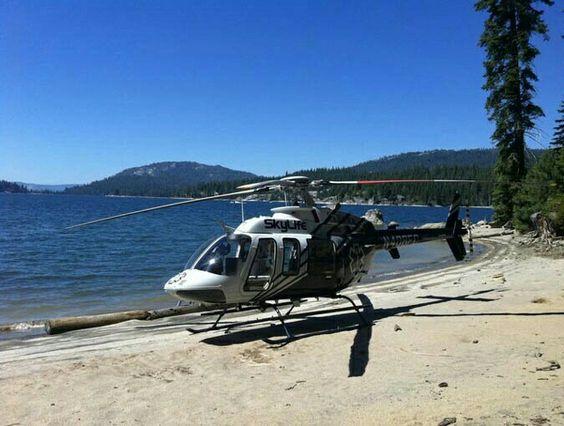 砂浜に着陸したヘリコプター