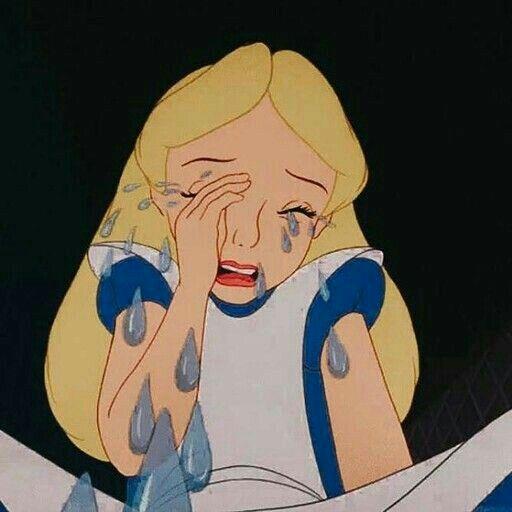فتاه تبكى بالدموع وتتالم الم شديد