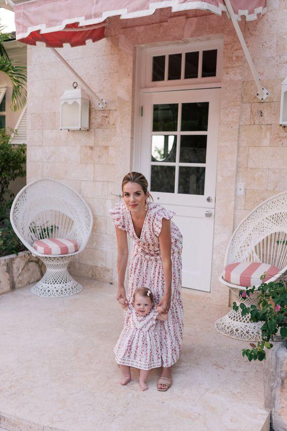 Mujer con su hija pequeña, vestidas iguales