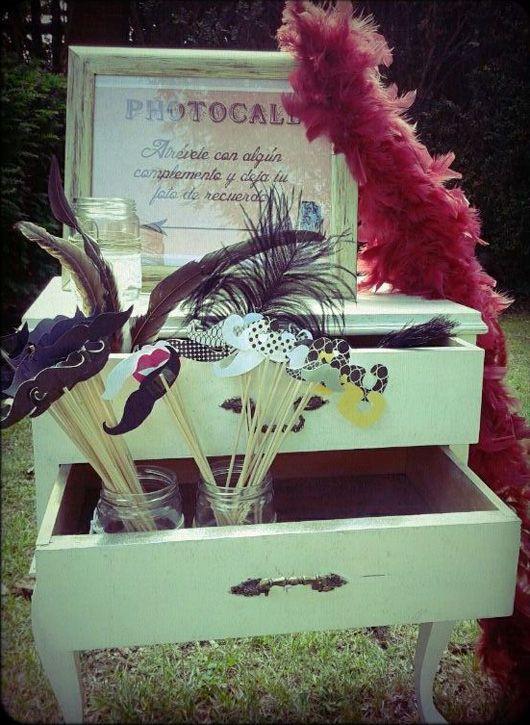 Bigotes, besos y boas de plumas para el photocall {Foto, Yulia Ignatova}
