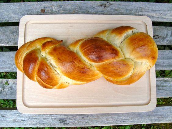 SWITZERLAND / http://www.whichmeal.com/switzerland/dishes/Braid-Bread-1272/