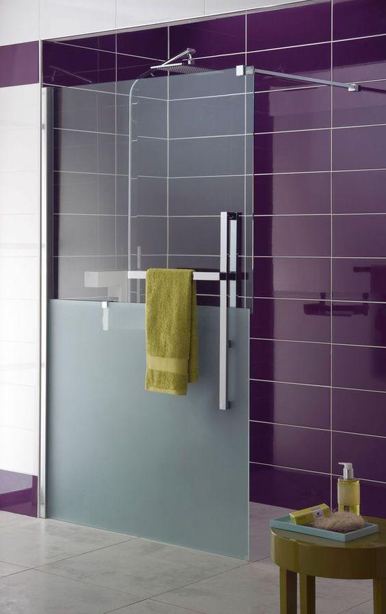 Douche Bliss, parois en verre (sécurité 8 mm), transparent (L.120 cm) ou transparent/sablé (L.120 cm). Porte-serviettes en laiton chromé. Porte-savon amovible en laiton. A partir de 999 euros. Lapeyre.