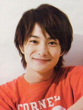 オレンジカラーのTシャツと岡田将生のファッション