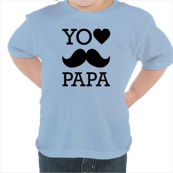 """Camisetas niños con un bonito mensaje donde se lee """"Yo quiero a papá"""" y un bigote. Es perfecta para ocasiones especiales como el día del padre o para que tu pequeño muestre cuanto quiere a su padre con su ropa infantil."""