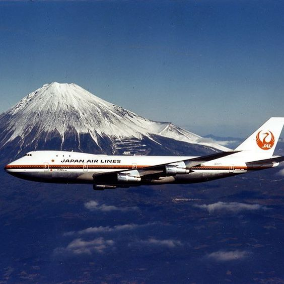 富士山の前を飛ぶ飛行機