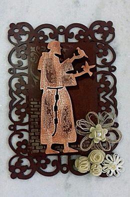 Placa em mdf com recorte de São Francisco de Assis em mdf e decorada com stencil e flores.