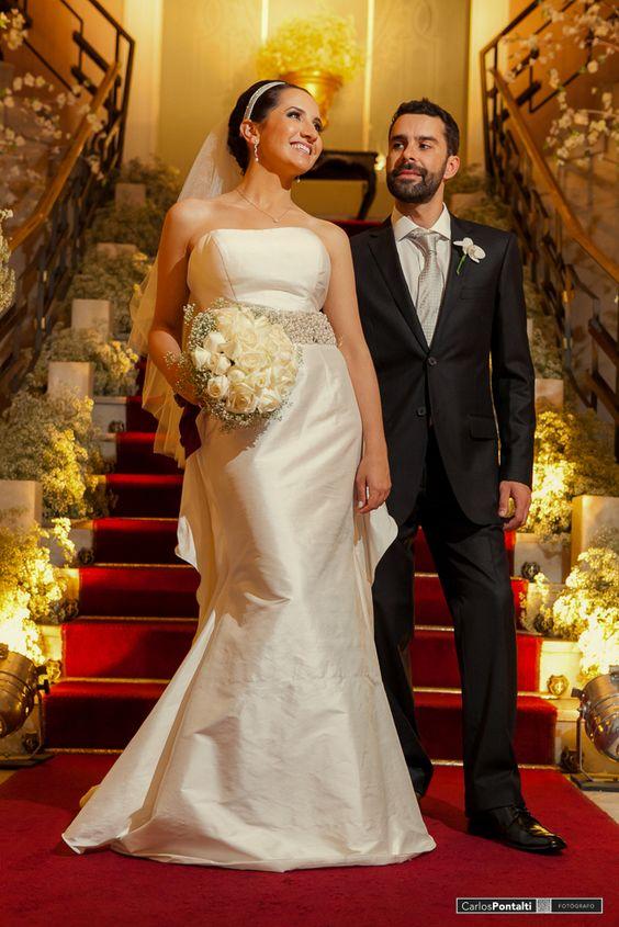 Os elegantes Paulo e Emeline, na noite em que disseram sim um para o outro na cerimônia dE casamento.