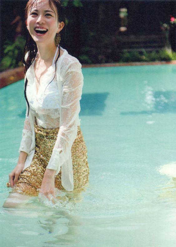 プールの中に入ってシャツが透けている比嘉愛未の画像