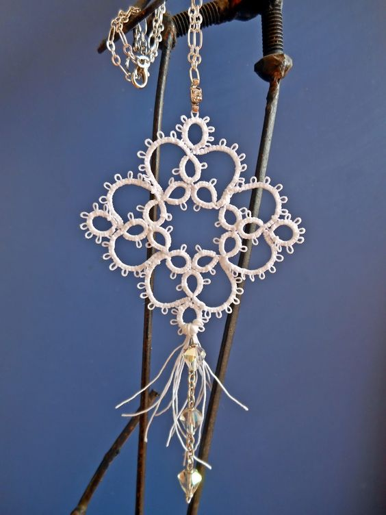 Collana con ciondolo realizzato a chiacchierino, cristalli e brillantino.