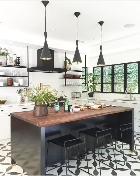 A black and white tile floor is always welcome in a kitchen! It's a classic that never goes out of style, whatever the tile pattern. And, never more so, we
