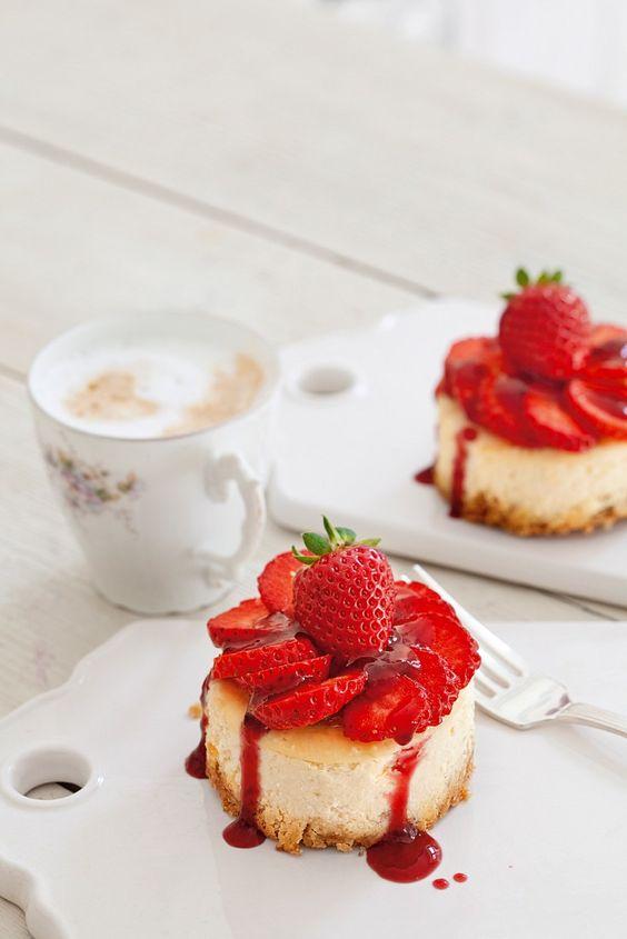 Mini-Erdbeer-Käsekuchen | Zeit: 40 Min. | http://eatsmarter.de/rezepte/mini-erdbeer-kaesekuchen