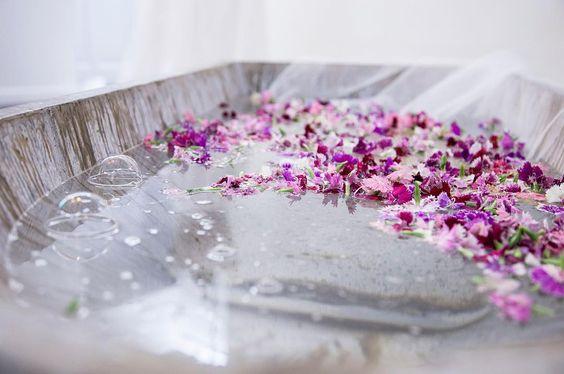 Dije que enseñaría LA bañera  This fantastic bathtub was part of yesterday #deco in @bebascloset next season #bridedresses presentation! Gorgeous!  #alicianacentaphoto #light #iluminacion #weddingdress #bebascloset #vestidodenovia #destinationphotographer #fotografa #details by alicianacentaphoto