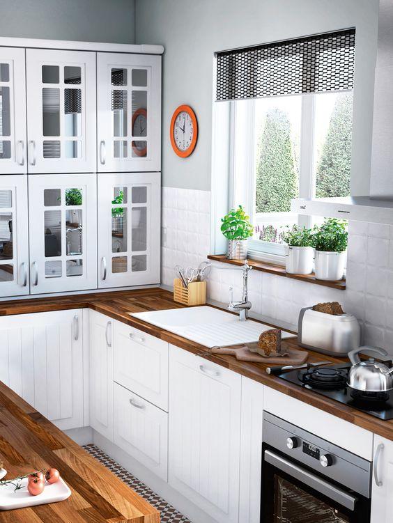 Cuando el fregadero se asoma a la ventana es un pequeño placer. Así, podrás perder tu mirada en el horizonte mientras lavas o preparas la vajilla para introducirla en el lavavajillas. Estas cocinas...:
