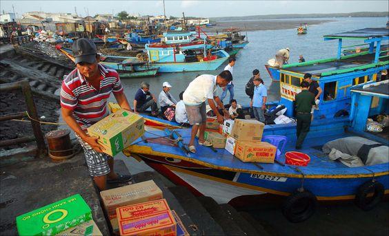 Những chuyến tàu vẫn chuyển nhu yếu phẩm từ đất liền đến Thạnh An - Ảnh: Lê Mạnh Linh