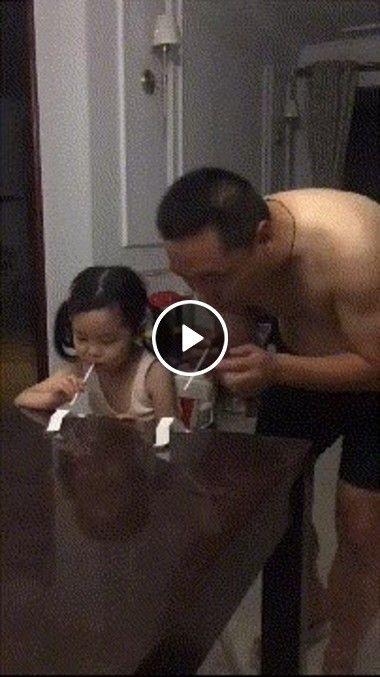 Pai e filha competindo pra ver quem ganha
