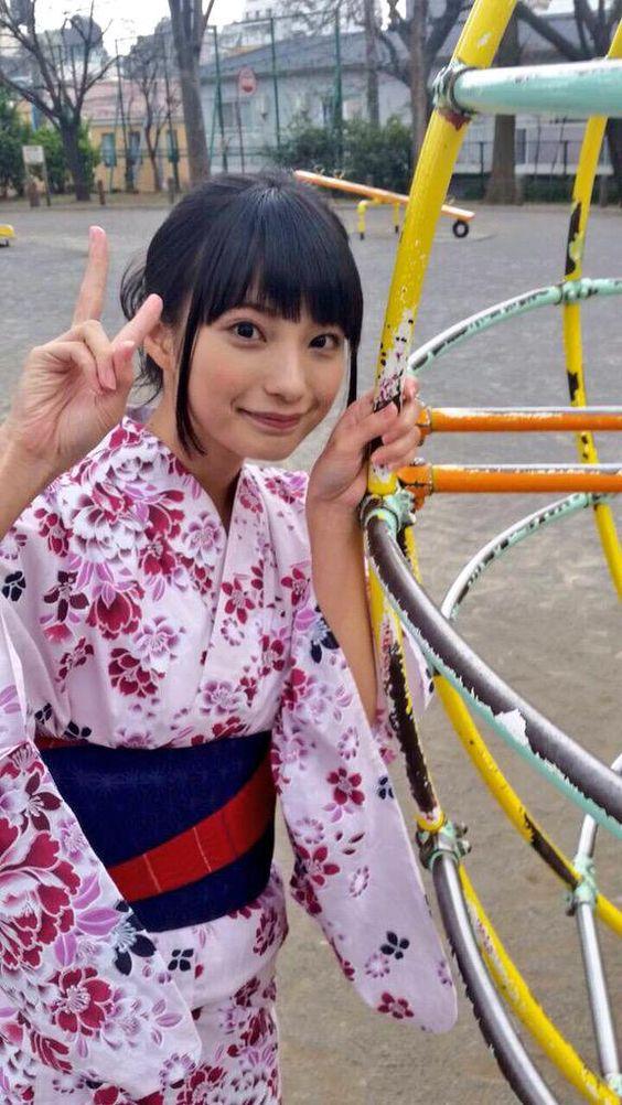 ピンクの浴衣の高野麻里佳さん