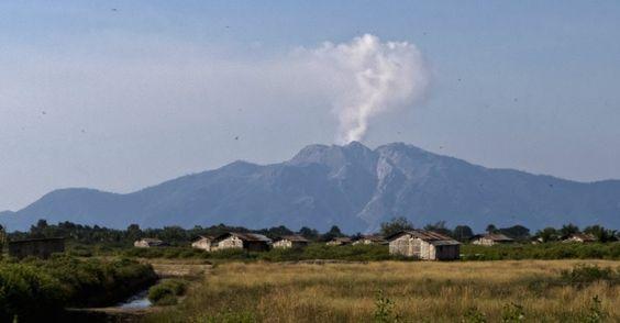 12.ago.2013 - Fumaça sobe do vulcão Monte Rokatenda, na pequena ilha de Palue, na Indonésia, neste domingo (11). Seis pessoas morreram vítimas de erupção vulcânica. Autoridades locais evacuaram a ilha após o vulcão entrar em atividade Imagem: Karolus Naga/Reuters