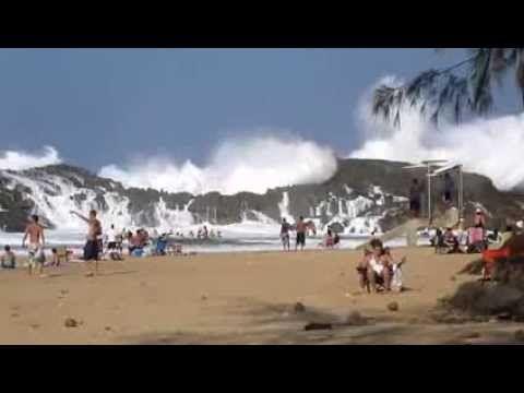 Vagues dans une plage fermée à Porto Rico - YouTube