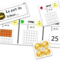 J e vous propose ici un petit jeu sur les fractions. Ce jeu se nomme la part du trésor . Dans ce jeu, les élèves vont devoir prendre une fraction d'un nombre donné. L e but de ce jeu est d...