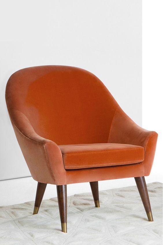 Seattle Sessel in rostorangenem Baumwollsamt. Weicher Baumwollsamt trifft auf geschwungene 60s Formen. Eine Mischung – wie wir finden – die sich ganz besonders gut macht. Mehr Eleganz geht nicht.