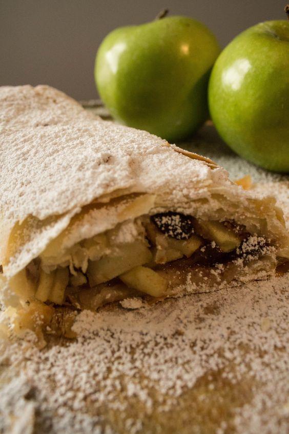 Receita muito fácil de Strudel de Maçã feito com massa filo. Uma sobremesa sofisticada feita em menos de uma hora!