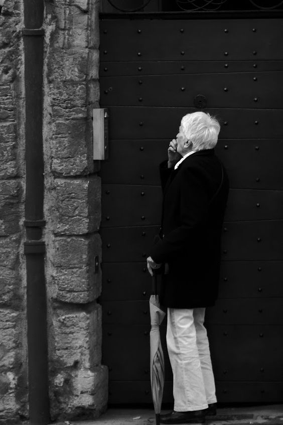 Black and White Street Photography of People - Memory loss #blackandwhite #street #streetphotography #candid #people