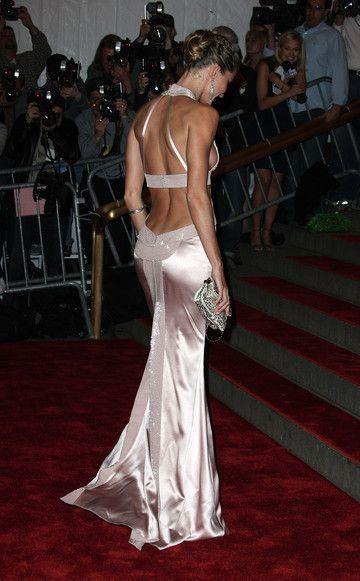 Topmodel Gisele Bündchen (hier in Versace)ist schon von vorne ein Hit. Aber bei der MET-Gala 2008 stahl ihr der eigene Rückenausschnitt die Show.