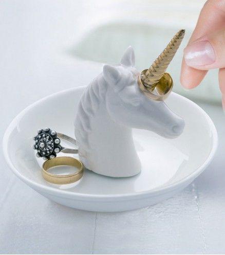 Achetez le porte-bague licorne sur lavantgardiste et offrez une touche féerique à la déco de votre chambre.