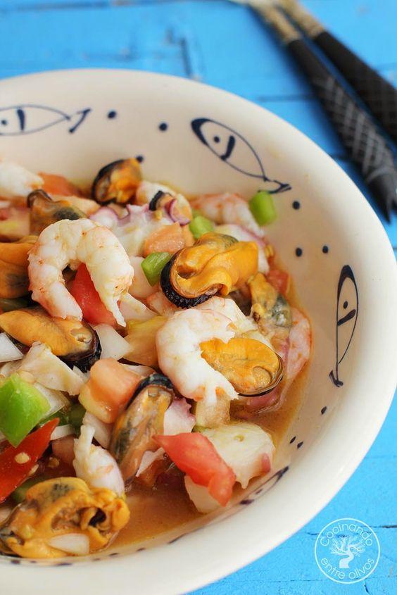 Salpicón de marisco /      2 tomates.     1 pimiento verde.     1 cebolleta.     Mejillones.     Gambas.     2 patas de pulpo cocidas.    Vinagre.     Aceite de oliva virgen extra.     Sal