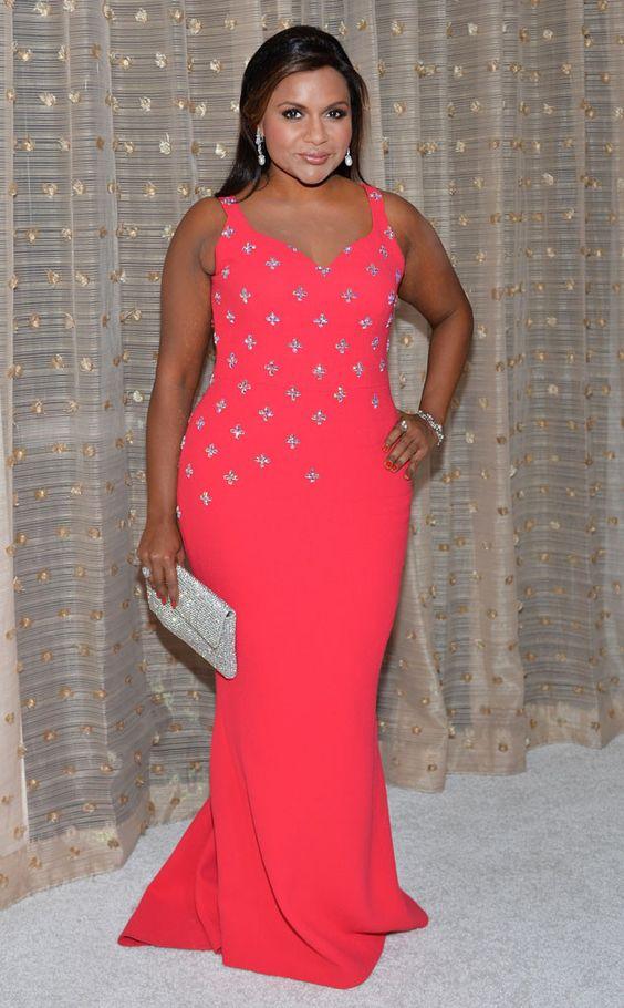 Coup de cœur de Fashion Police  Mindy Kaling affiche son côté glamour dans une création Salvador Perez ornée de Swarovski à la 18e édition des Costume Designers Guild Awards à Beverly Hills. En plus de la robe, la star deTheMindy Project perpétue la tendance du bling avec une pochette Oroton assortie à de sublimes bijoux.
