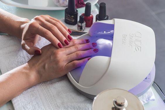 Inicia un negocio en el que ofrezcas servicios de manicura, pedicura y diseño para uñas.: