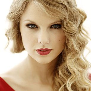 Taylor Swift is one of the few women in the world who can totally rock red lipstick on any occasion.