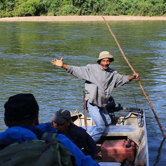 Nossa carona de volta. E o barqueiro parece feliz em nos ver. #abussolaquebrada #petar #iporanga #viagem #aventura #trekking #caverna #viajar #adventure #traveler #travel