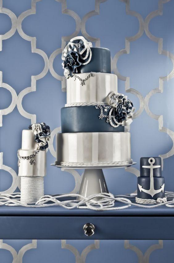 Etagentorte zur Hochzeit in Marineblau und Silber, elegantes Dekor mit Muster