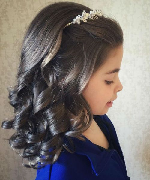 Cutest Medium Hairstyles With End Curls For Toddler Girls Trendy Hairstyles Communion Hairstyles Hair Styles Medium Hair Styles
