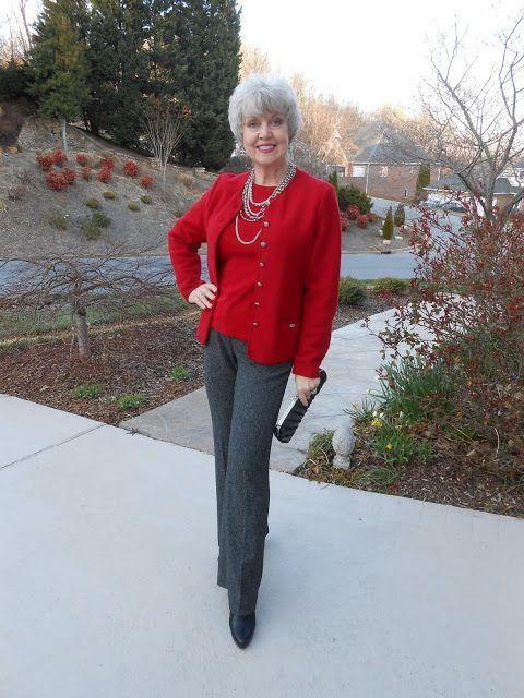 3. Twin set com calça social mescla - pode ser de lãzinha - bota preta clássica e múltiplos colares produz um look elegante. Para aquelas que gostam de ser chiques. Foto: Susan after 60