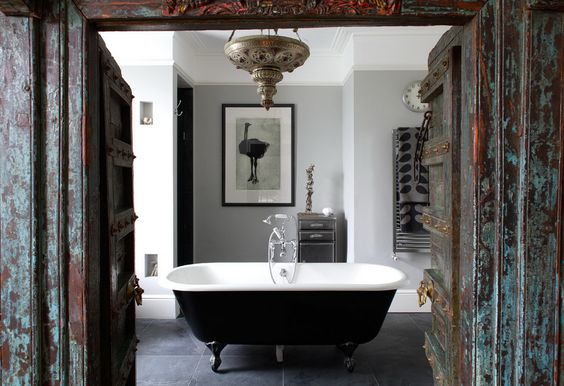 ♥ It's nice to walk into a room and feel you know a little bit about the person who uses it. I just love the stonge character of this bathroom where East meets West.Those doors are amazing !